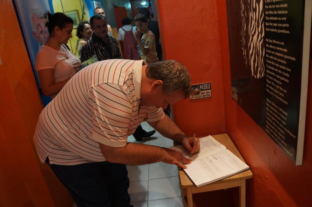Gilberto assinando o Livro de Presença do MHC